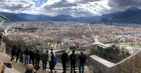 groep-geniet-v-uitzicht-op-Grenoble_uitgelicht