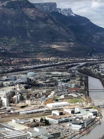 Wetenschappelijk-deel-Grenoble-met-cirkel-ESRF-en-links-neutronenreactor-ILL